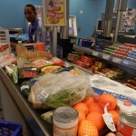 Kompra na Van den Tweel Supermarket - potrèt: Belkis Osepa