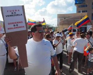 Demostrantenan dilanti consulado di Venezuela na Oranjestad. Foto: Ariën Rasmijn