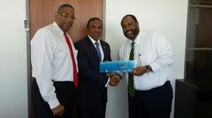 Giovanni Atalita, presidente di AVA Curaçao BV, minister Stanley Palm i chairman Olivier Arrindell di AVA Airways – potrèt: AVA
