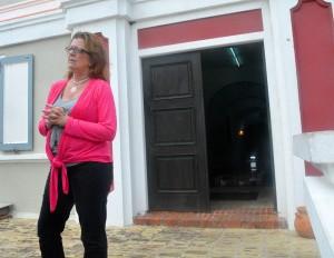 Kurátòr Jennifer Smit dilanti Curaçaosch Museum – Potrèt: Dick Drayer