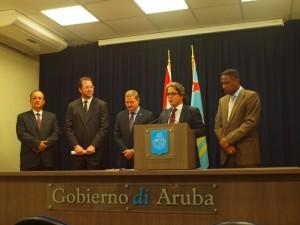 George Croes na palabra cu ministernan banda di dje. Foto: Ariën Rasmijn