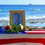 A konmemorá Donald V. Leetch (1921-2014) na e lugá kaminda USS Erie despues di un atake di torpedo aleman a pega kantí kosta di Kòrsou – potrèt: Dick Drayer