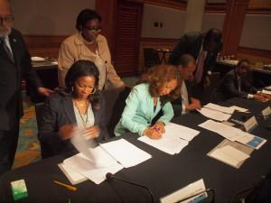 Presidentenan di parlamentonan di St.Maarten, Aruba y Corsou ta firma e acuerdonan haci den Tripartite. Foto: Ariën Rasmijn