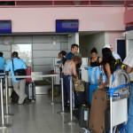 Pasahero ta warda pa check in na Flamingo Airport – potrèt: Belkis Osepa