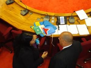 parlamentaria Xiomara Ruiz-Maduro (MEP) y minister di Cultura Otmar Oduber den pleno discusion. Foto: Ariën Rasmijn