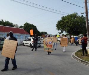 Protesta stasiano kontra struktura estatal aktual di e isla – potrèt: The Daily Herald