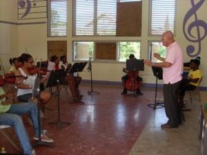Muchanan hañando lès di músika klásiko serka maestro Donny Moron - pòtrèt: Jose Manuel Dias