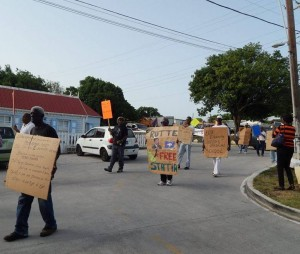 Protesta statiano kontra e státùs estatal aktual di e isla – potrèt: The Daily Herald