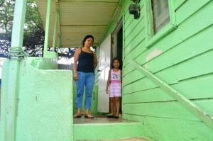 Drajiza Martina (40) kasá di Jesus Sandoval i su yu muhé Audri (5)  | Potrèt: Dick Drayer