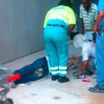 Personal di ambulans ta papia ku Jesus Sandoval (42). Dia 7 di òktober e ta fayesé na hòspital