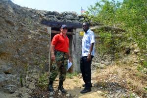 Allan van der Ree i Marlon Reina (dr) dilanti di un bùnker di amunishon di Segundo Guera Mundial na Blauwbaai | Potrèt: Dick Drayer