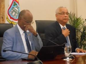 Minister Dennis Richardson i promé minister Marcel Gumbs (d) durante di e konferensha di prensa | potrèt: Today/Hilbert Haar