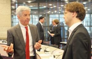 Minister Plasterk ta kombersá ku Ronald van Raak (SP) – potrèt: Jamila Baaziz