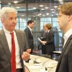 Minister Plasterk ta papia ku Ronald van Raak (SP) – potrèt: Jamila Baaziz