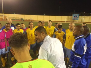 Coach Giovanni Franken papiando cu su equipo despues di e partido. Foto: Ariën Rasmijn