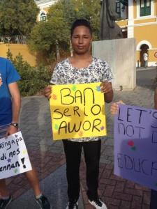 Durante un reda di prensa di minister Dick, alumnonan a protesta na Fòrti riba e karta ku minister di enseñansa a skirbi | Potrèt: Deya Mensche