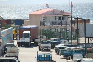 Ehèmpel di un dia ku hopi aktividat na Fort Bay Harbour. Hopi bèrdura na Saba ta importá di Sint Maarten i di mas leu – potrèt:  Hazel Durand