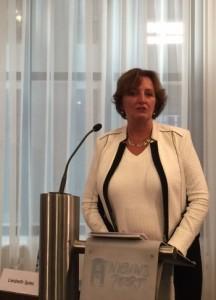 Presidente di komishon Liesbeth Spies durante presentashon di e rapòrt – potrèt: Pieter Hofmann