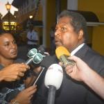 Promé minister Ben Whiteman awe a entregá retiru di gobièrnu serka gobernador – potrèt: Dick Drayer