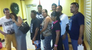 Entretantu nuebe tripulante di La Rumbera a yega aeropuerto di Aruba – potrèt: Hilario Doncker