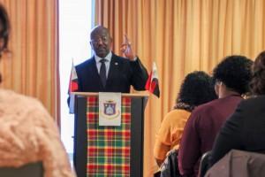 Promé minister William Marlin durante un enkuentro ku hende di Sin Maarten na Hulanda – potrèt: John Samson