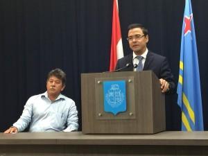 Minister Schwengle na palabra durante e conferencia di prensa di awe. Na su banda Dr. Salazar. Foto: Ariën Rasmijn