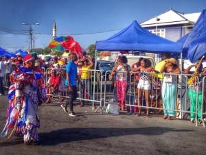 Na kuminsamentu di e ruta ainda tin hopi lugá pa mira karnaval grátis, pero turistanan mester sa esaki si – potrèt: Elisa Koek