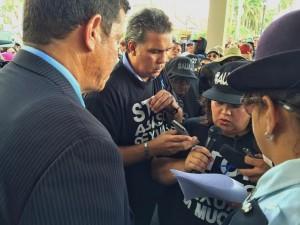 Lisette Gomes ta entrega manifiesto na vicepresidente di Staten Chris Dammers. Foto: Ariën Rasmijn