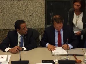 Presidente Jeroen Recourt ta firma e lista di palabrashonnan di IPKO – potrèt: Pieter Hofmann