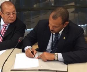 Presidente di Staten Mike Franco (Kòrsou) ta firma e lista di palabrashonnan di IPKO – potrèt: Pieter Hofmann