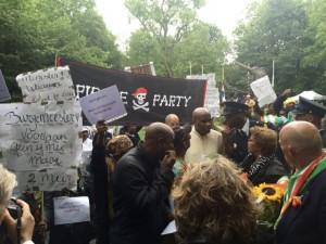 Boroto di demonstrante a stroba e konmemorashon solèm di sklabitut – potrèt: Sam Jones