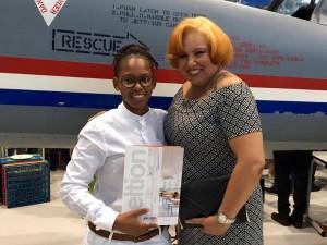 Chery-Anne Bernadina ta posa ku su diploma i su mama orguyoso