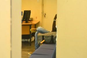 Pasahero di Airberlin den e sala di espera pa bodyscan | Potrèt: Dick Drayer