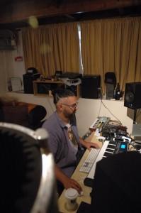 Produktor/songwriter Clifford Goilo ta traha den su studio – potrèt: Pieter Hofmann