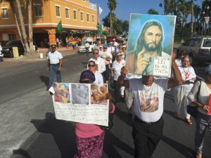 Grupo di manifestantenan contra union civil. Patras di nan na canto di caminda e contra-protesta di miembronan di comunidad LGBT. Foto: Ariën Rasmijn