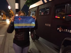 Un señora ta tene bandera arubano duru durante di akshonnan  di protesta na Den Haag miéntras Mobiele Eenheid ta pará kla pa bari tur hende for di den kaya – potrèt di archivo: John Samson