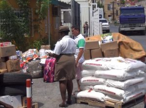 Duana kontrolando merkansia ku ta bai pa Venezuela -  potrèt: José Manuel Dias