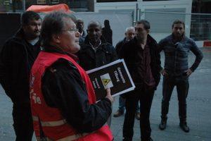 Willem Banning (FNV) ta parti pamfleta na stathùis di Tilburg. Potrèt: Pieter Hofmann