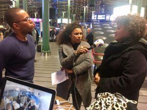Natasha Gibbs na Schiphol ta moderá e debate entre e yu di Kòrsou Quinlan de Windt i e bonerianu Alfie Vanwyngarden tokante braindrain i remigrashon – potrèt: NTR